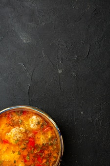 Bovenaanzicht heerlijke vleessoep met gekookte aardappelen en vlees op grijs bureau