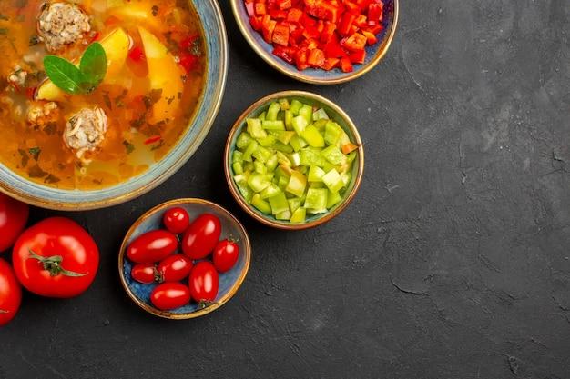 Bovenaanzicht heerlijke vleessoep met verse groenten op de donkere tafel schotel foto maaltijd eten