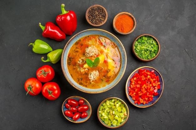 Bovenaanzicht heerlijke vleessoep met verse groenten op donkere tafel foto maaltijd eten