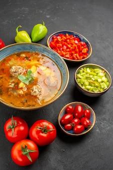 Bovenaanzicht heerlijke vleessoep met verse groenten op donkere tafel schotel fotomaaltijd