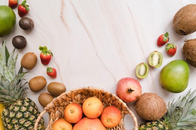 Bovenaanzicht heerlijke vruchten met kopie ruimte