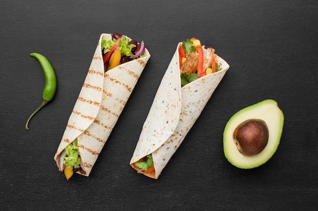 Bovenaanzicht heerlijke wraps met avocado