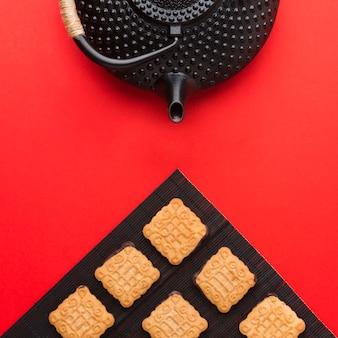 Bovenaanzicht heerlijke zelfgemaakte koekjes met theepot