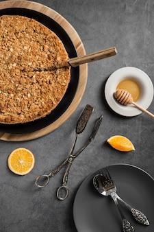 Bovenaanzicht heerlijke zelfgemaakte taart op tafel