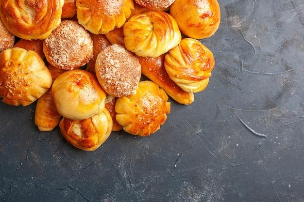Bovenaanzicht heerlijke zoete broodjes met hotcakes op donkere achtergrond