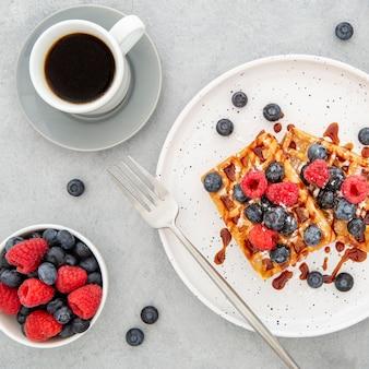 Bovenaanzicht heerlijke zoete wafel met koffie