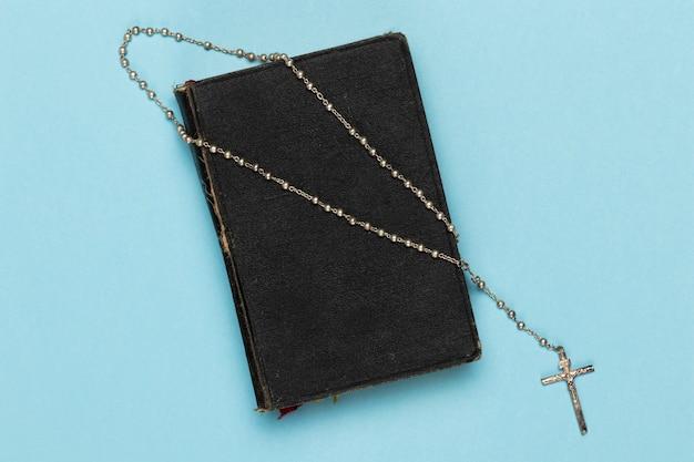 Bovenaanzicht heilig boek en ketting