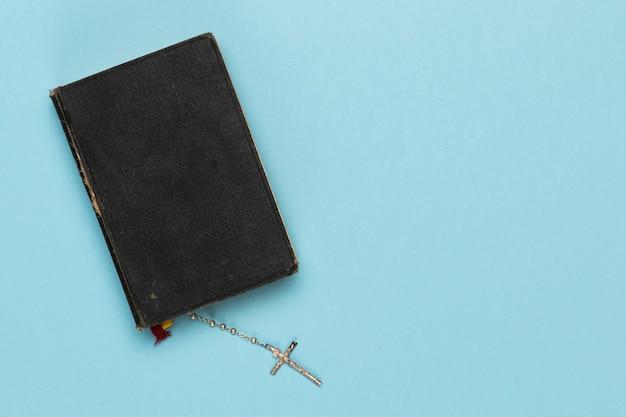 Bovenaanzicht heilig boek met ketting