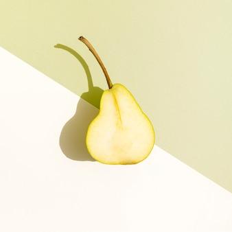Bovenaanzicht helft van peer met schaduw