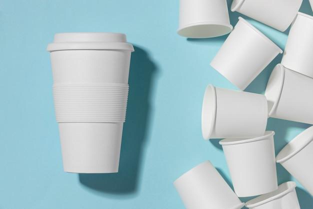 Bovenaanzicht herbruikbare beker met plastic bekers