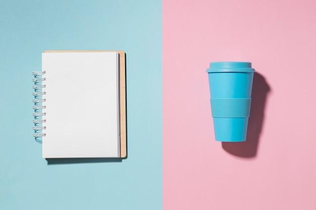 Bovenaanzicht herbruikbare beker op tafel