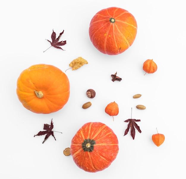 Bovenaanzicht herfst arrangement met pompoenen en eikel