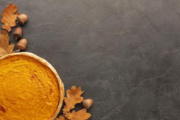 Bovenaanzicht herfst arrangement met taart en kopie-ruimte