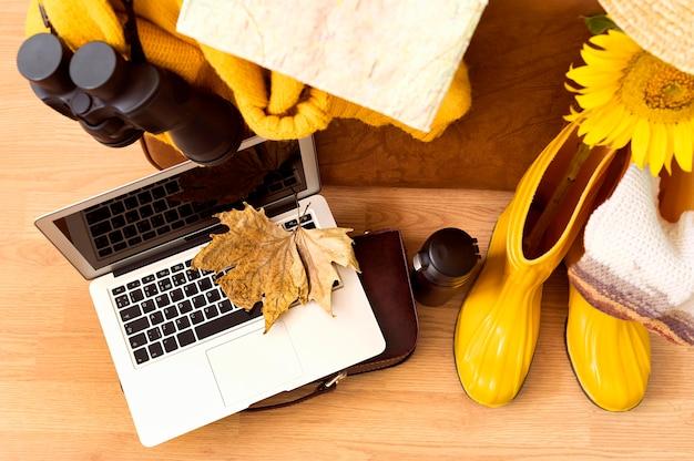 Bovenaanzicht herfst reis elementen samenstelling met laptop