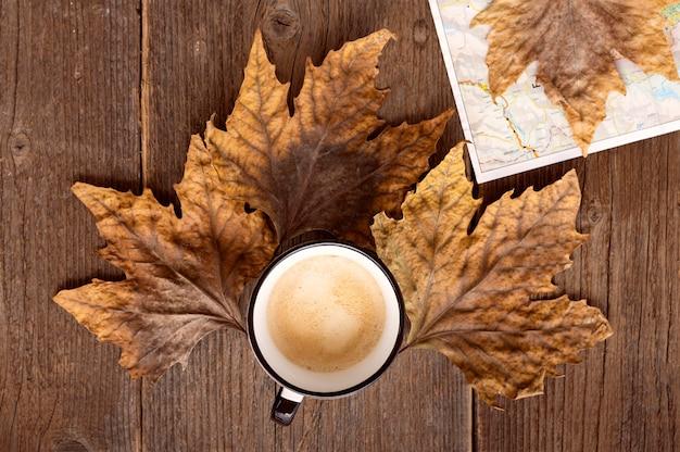 Bovenaanzicht herfst reisarrangement met kopje koffie