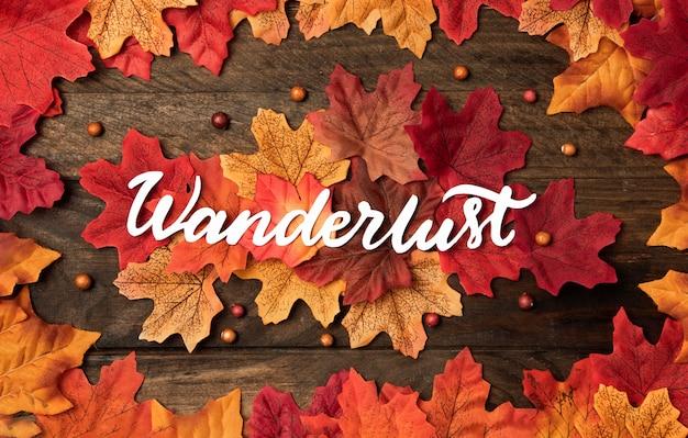 Bovenaanzicht herfst reizen concept met bladeren