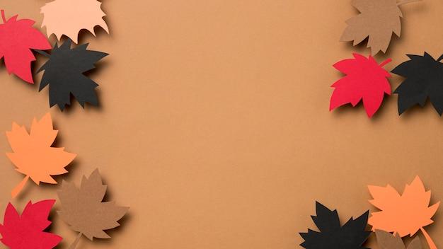 Bovenaanzicht herfstbladeren arrangement met kopie ruimte