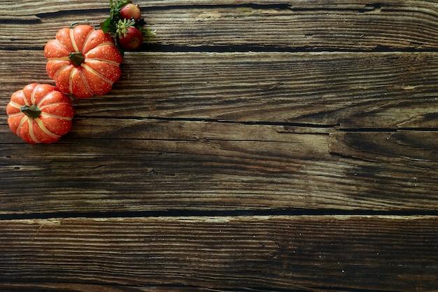 Bovenaanzicht herfstbladeren houten achtergrond kopie ruimte voor tekst