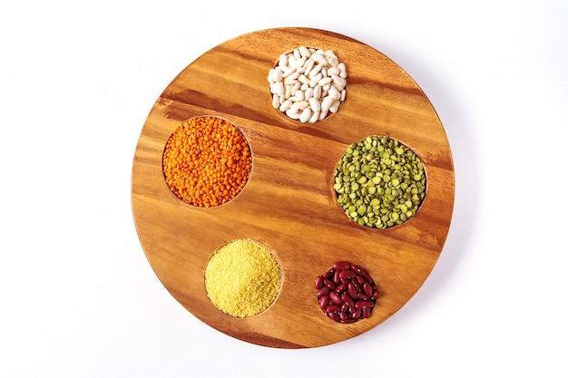 Bovenaanzicht het assortiment van erwten, linzen en peulvruchten