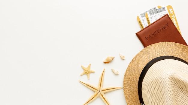 Bovenaanzicht hoed en paspoort arrangement