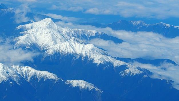 Bovenaanzicht hoek beelden van sneeuw heuvels rond fuji berg en witte lichte wolken en blauwe hemel in tokio, japan