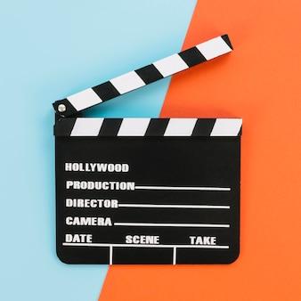 Bovenaanzicht hollywood filmklapper op tafel