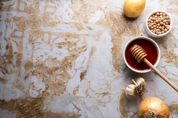 Bovenaanzicht honing en aardappelen met kopieerruimte