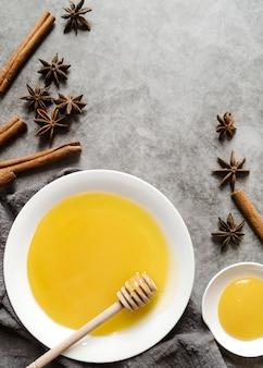 Bovenaanzicht honing en gedroogde steranijs bloem