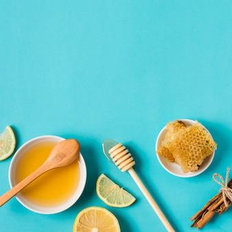 Bovenaanzicht honing met citroen