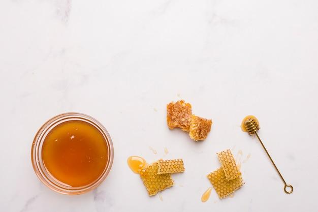Bovenaanzicht honing met honingraatstukken
