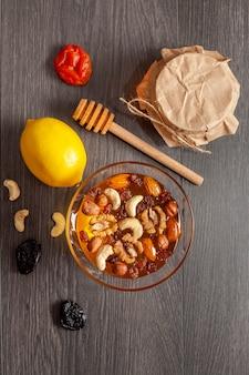 Bovenaanzicht honing met noten en citroen