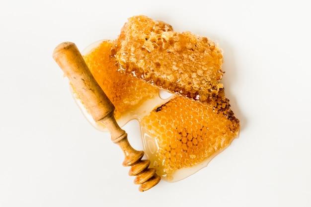 Bovenaanzicht honing raat met lepel