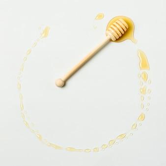 Bovenaanzicht honingcirkel met lepel