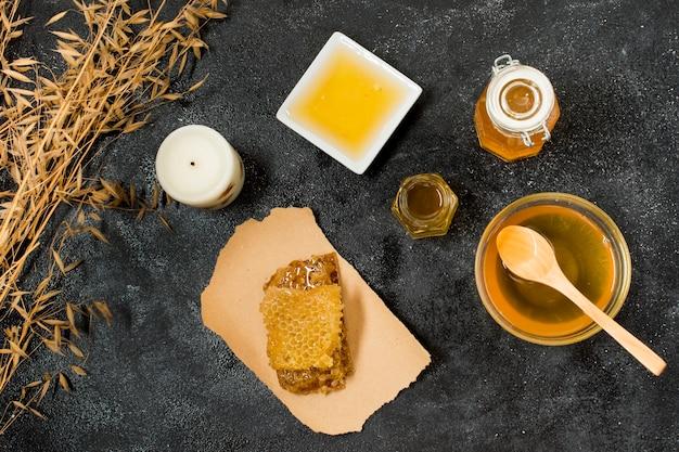 Bovenaanzicht honingcontainers met honingraat