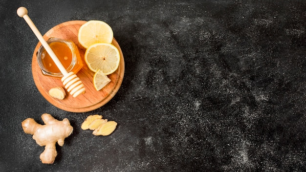 Bovenaanzicht honingpot met gember en citroen