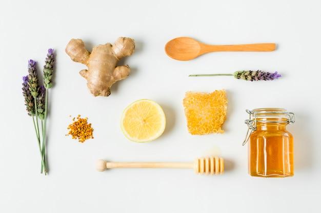 Bovenaanzicht honingpot met lavendel, citroen en gember