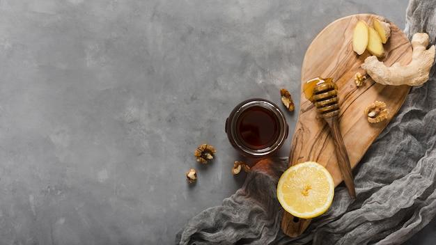 Bovenaanzicht honingpot met voedsel en honinglepel