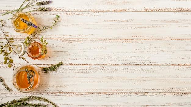 Bovenaanzicht honingpotten met bladeren