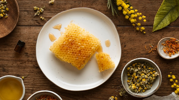 Bovenaanzicht honingraat en planten