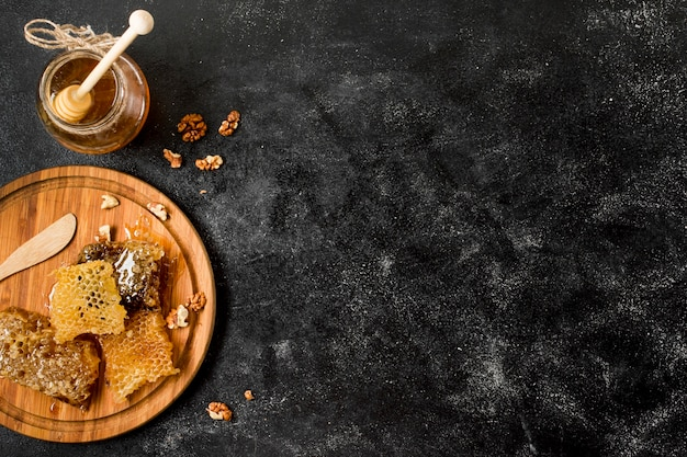 Bovenaanzicht honingraten met honingpot
