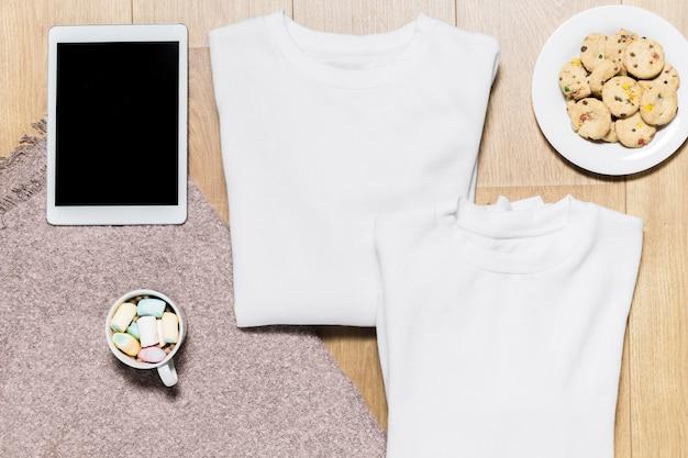 Bovenaanzicht hoodie en plaat met koekjes