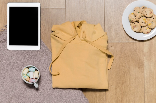 Bovenaanzicht hoodie met tablet naast