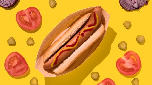 Bovenaanzicht hotdog met augurken en groenten
