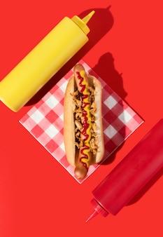 Bovenaanzicht hotdog met mosterd en ketchup