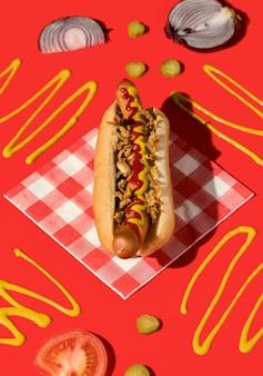 Bovenaanzicht hotdog met mosterd en uien