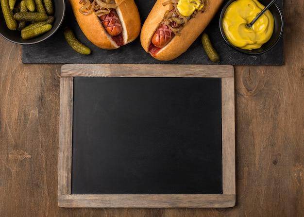 Bovenaanzicht hotdogs en schoolbord