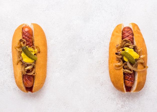 Bovenaanzicht hotdogs met kopie-ruimte