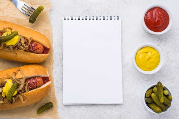 Bovenaanzicht hotdogs met mosterd en augurken