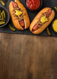 Bovenaanzicht hotdogs met uien