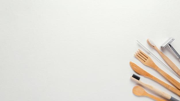 Bovenaanzicht houten bestek en scheermes